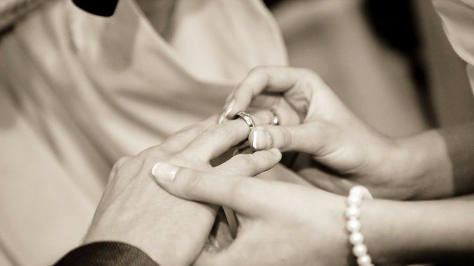 Jaki pierścionek wybrać na zaręczyny?